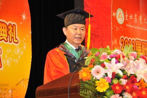 秦智伟宣读《东北农业大学关于授予研究生博士、硕士学位的决定》图片